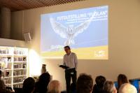 Alfred Solgaard ønsker velkommen til utstillingen Fuglan