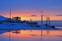 A - Solnedgang i Arktis speilet i vindu